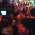 Gasten aan bar - barvrouw - zaterdagavond - De Hut van Ome Henne